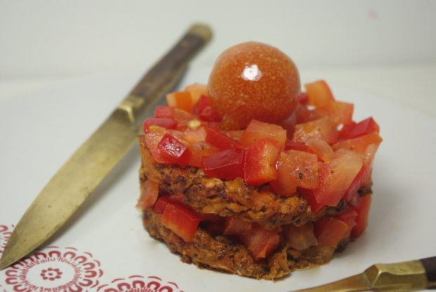 tartare cru et cuit saumon poivron tomates
